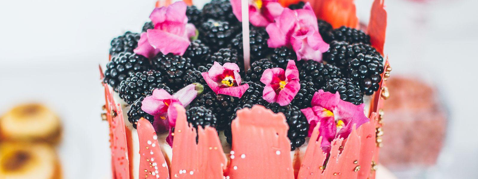 Klein, fein und einstöckig: Diese Torte ist in warmen Tönen gehalten und mit essbaren Blüten verziert.