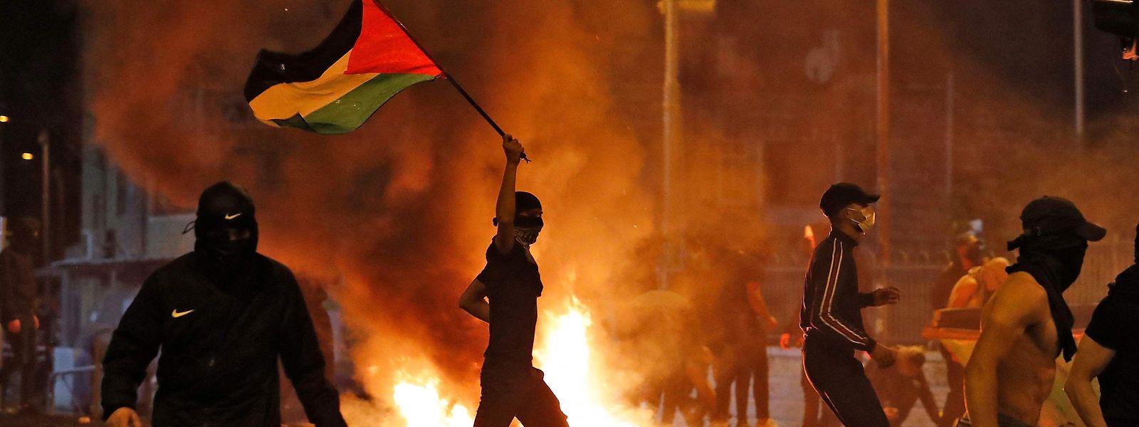 Zusammenstöße zwischen protestierenden Palästinensern und israelischen Sicherheitskräften in Ostjerusalem.