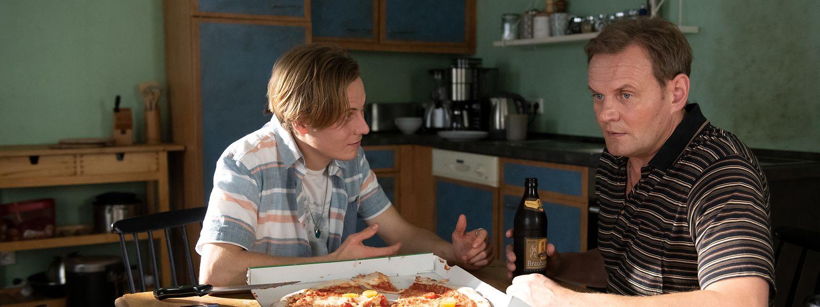 Sorgt mit seinem Einzug für Unruhe: Niklas Wagner (Max Schimmelpfennig, l.) stößt auf wenig Verständnis für seine derzeitige Situation bei Vater Michael (Devid Striesow).