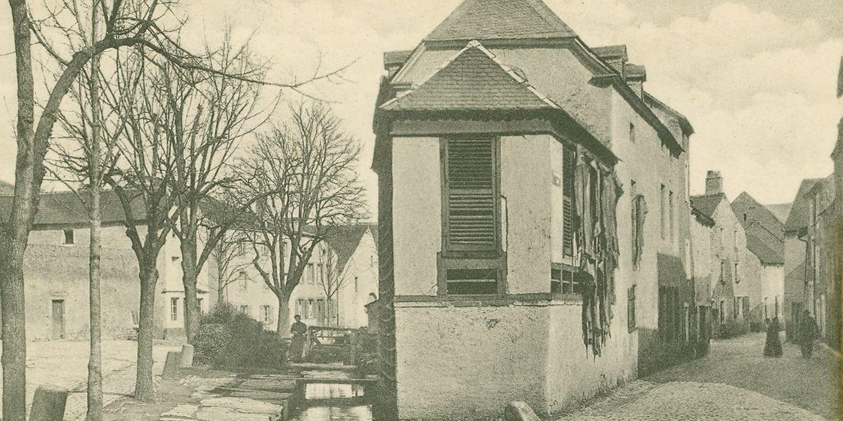 Diese Postkarte von Jacques Marie Bellwald zeigt das Geburtshaus von Élise Hack in der Rue du Pont in Echternach. Außer dieser Aufnahme gibt es keine fotografischen Zeugnisse mehr zum Leben der Frau.
