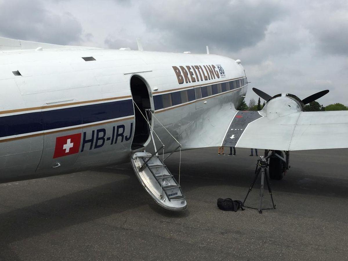 Besonderes Merkmal der Maschine ist die Einstiegsluke, die nicht standardmäßig auf der linken Rumpfseite einbaut ist, sondern rechts auf besonderen Wunsch von American Airlines.
