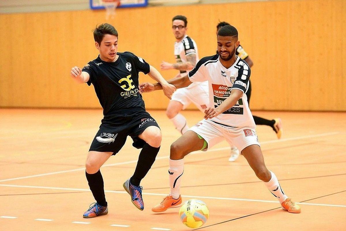 Ivan Brito (en blanc) et l'Union Titus Pétange se sont inclinés de justesse (5-6) en Ligue 2 face au Samba Seven ALSS Niederkorn II de Bruno Lopes Pinto