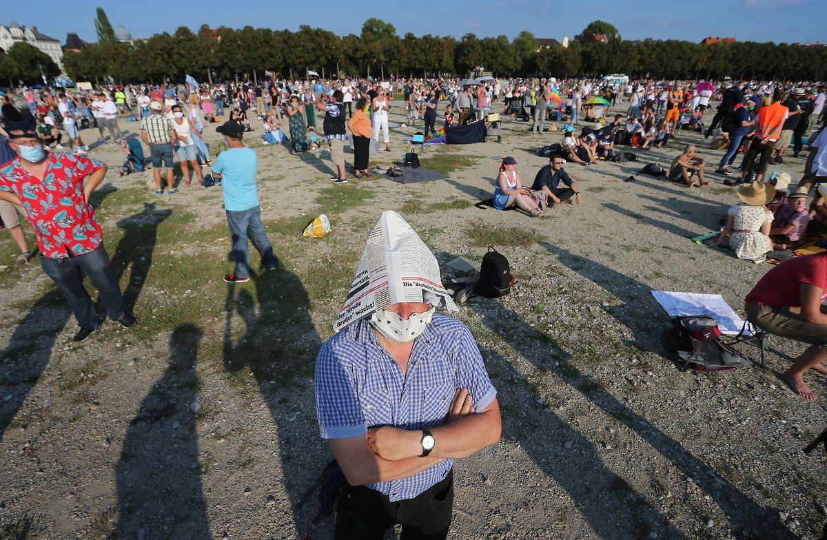Menschen stehen bei einer Demonstration gegen die Corona-Maßnahmen auf der Theresienwiese in München.