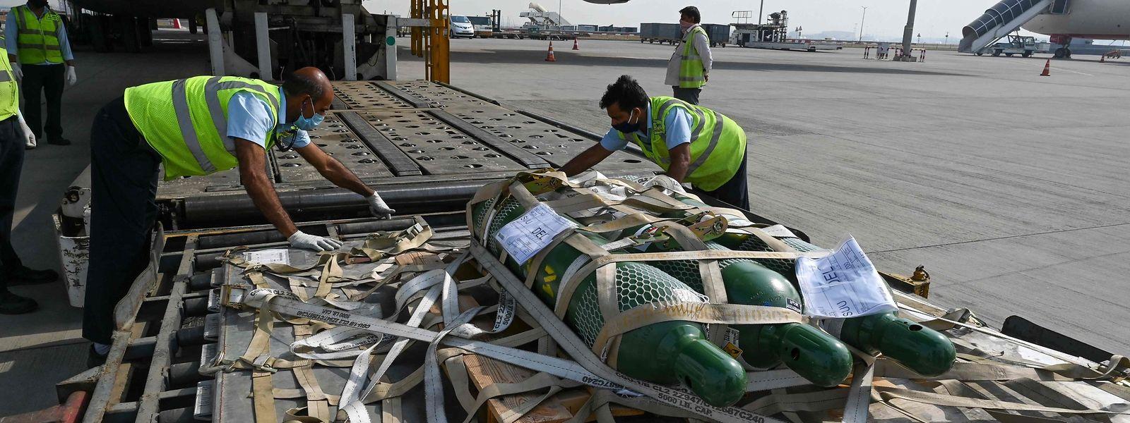 La solidarité internationale s'organise au secours de l'Inde comme avec ce premier appareil US chargé de matériel médical qui a atterri vendredi.