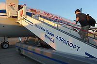 ARCHIV - 29.06.2012, Belarus, Minsk: EinMann steigt am Flughafen in Minsk (Weißrussland) in ein Flugzeug der Airline Belavia. Die Staats- und Regierungschefs der EU hatten beschlossen, dass belarussische Fluggesellschaften künftig nicht mehr den Luftraum der EU nutzen dürfen, rechtlich greift die Maßnahme aber noch nicht sofort. Foto: picture alliance / dpa +++ dpa-Bildfunk +++