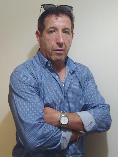 """""""Sinto-me para aqui esquecido e não sei quantos meses vai demorar até conseguir voltar para o meu lar,"""" diz Alfredo Moutinho."""