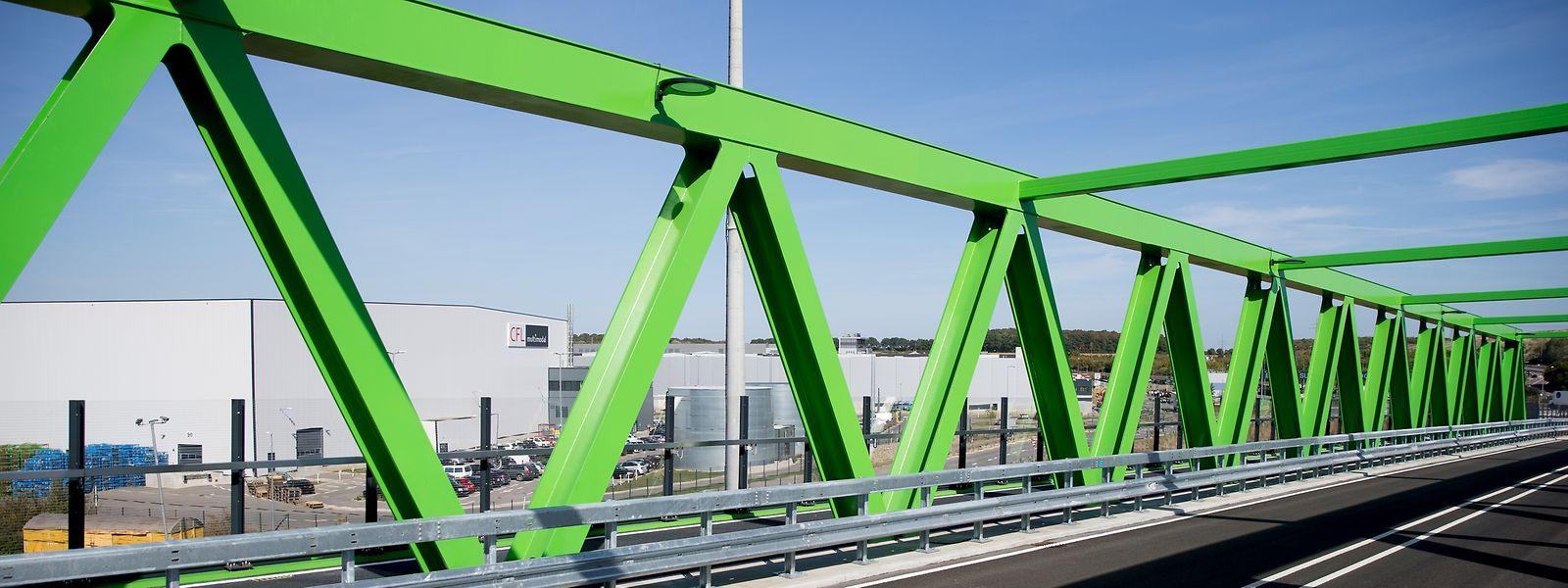 Die leuchtend grüne Brücke verläuft parallel zur Autobahn A13 vom Eurohub Sud zum Intermodal-Terminal