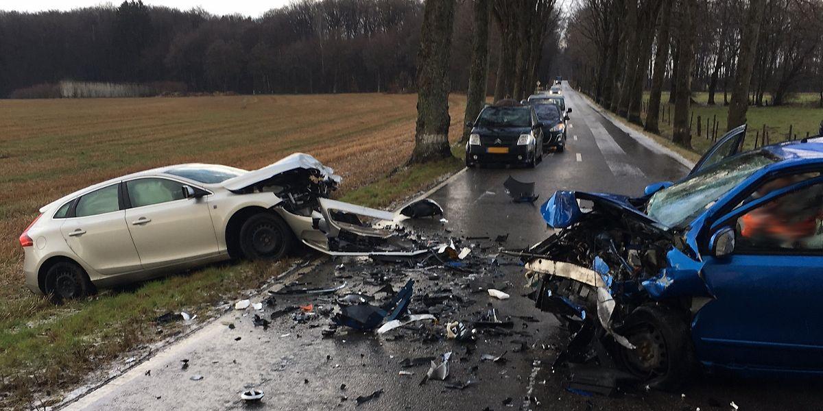 L'un des deux conducteurs a perdu le contrôle de sa voiture dans une longue ligne droite.