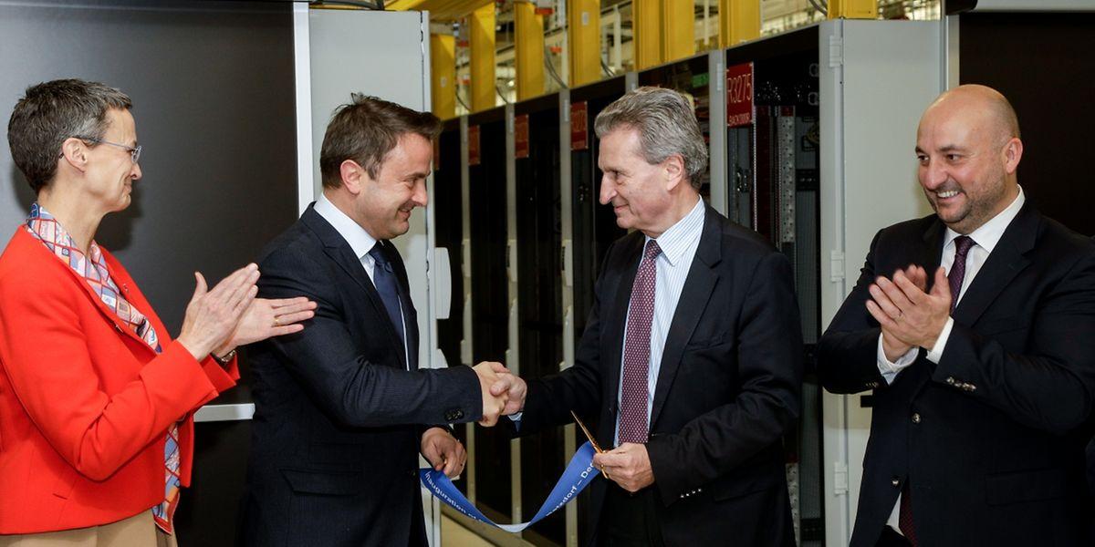 Xavier Bettel et Günter Oettinger viennent de couper symboliquement le ruban du nouveau datacenter de la Commission, financé par le Luxembourg