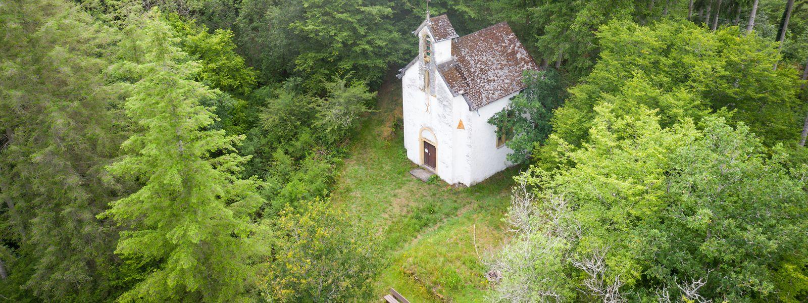 Die Méchelskapell in Oberschlinder ist einer dieser mystischen Orte, die viele Wanderer in das Ösling zieht.