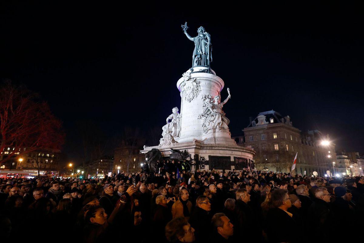 Tausende Demonstranten setzten am Dienstagabend auf der Pariser Place de la République ein Zeichen gegen Antisemitismus.