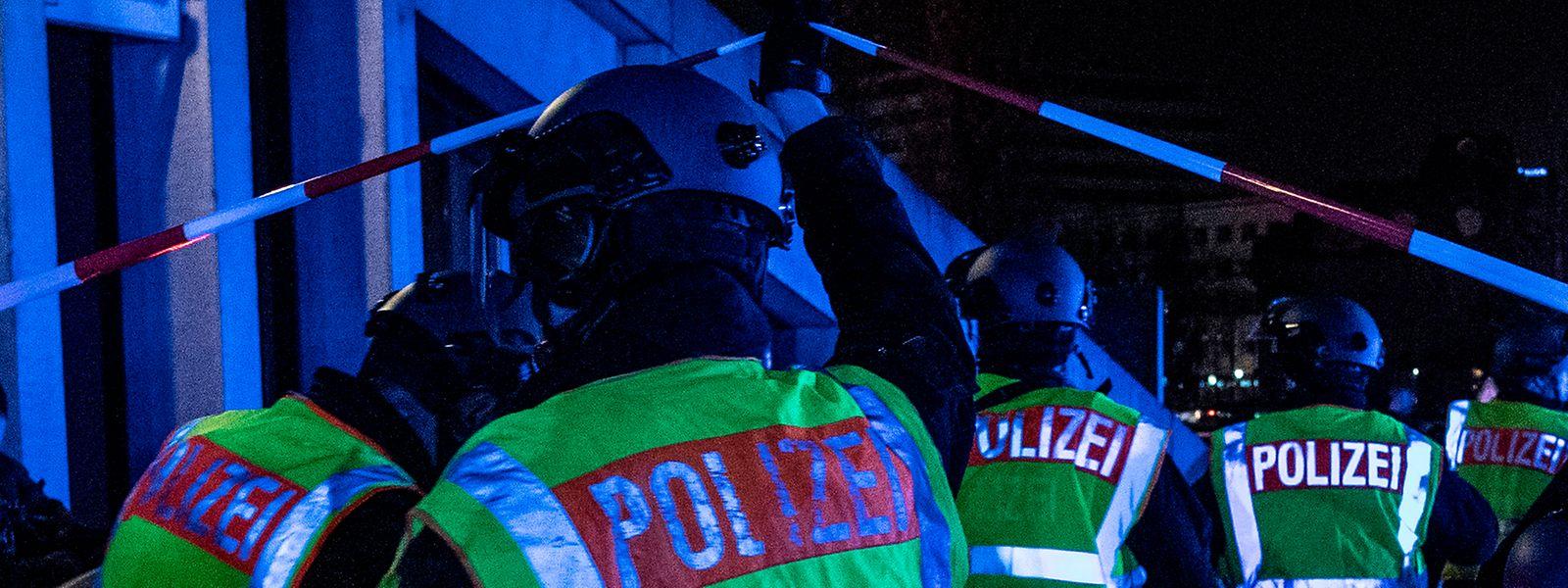 Einsatzkräfte der Polizei gehen zum Tatort am Tempodrom.