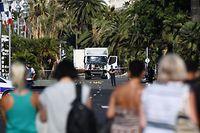 Nice am Morgen danach: Die Promenade des Anglais ist abgesperrt, im Hintergrund der Lastwagen des Anschlags.