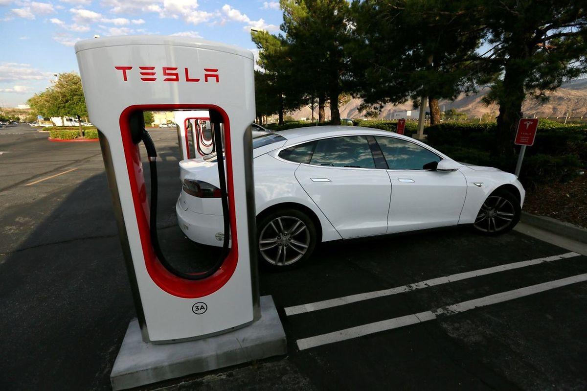 Un supercharger de Tesla, pour recharger plus vite sa voiture. Mardi, l'Américain a annoncé une nouvelle batterie capable d'une autonomie de 613 kilomètres.
