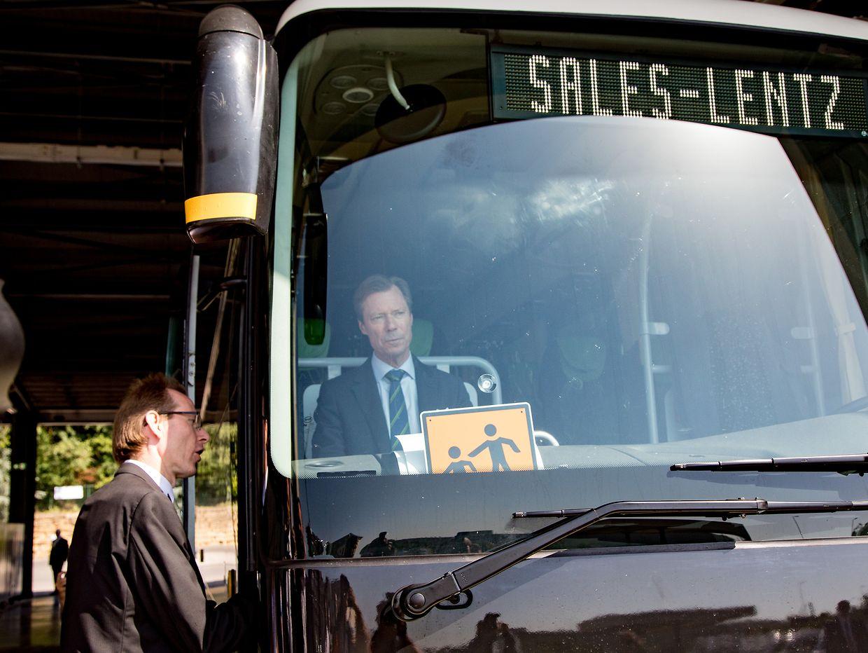 Großherzog Henri während seines Besuchs am Hauptsitz des Busunternehmens Sales-Lentz.