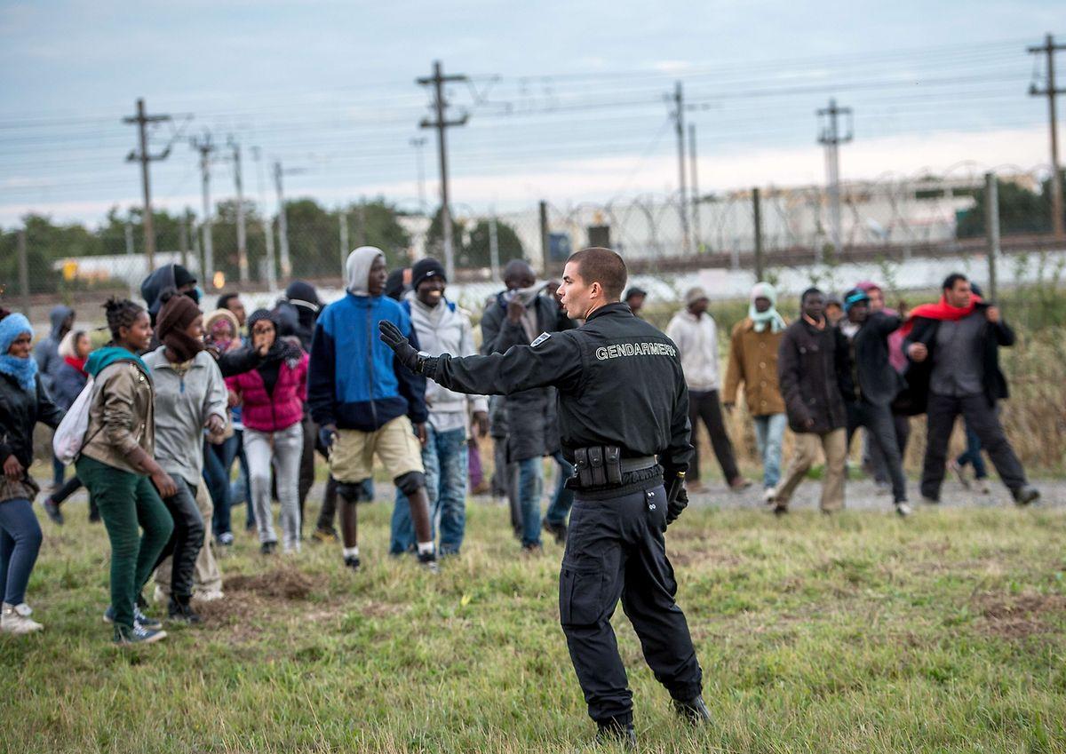 Französische Gendarmen sollen Migranten davon abhalten, den Tunnel unter dem Ärmelkanal nahe Calais zu erreichen. Sie sind jedoch deutlich in der Unterzahl.