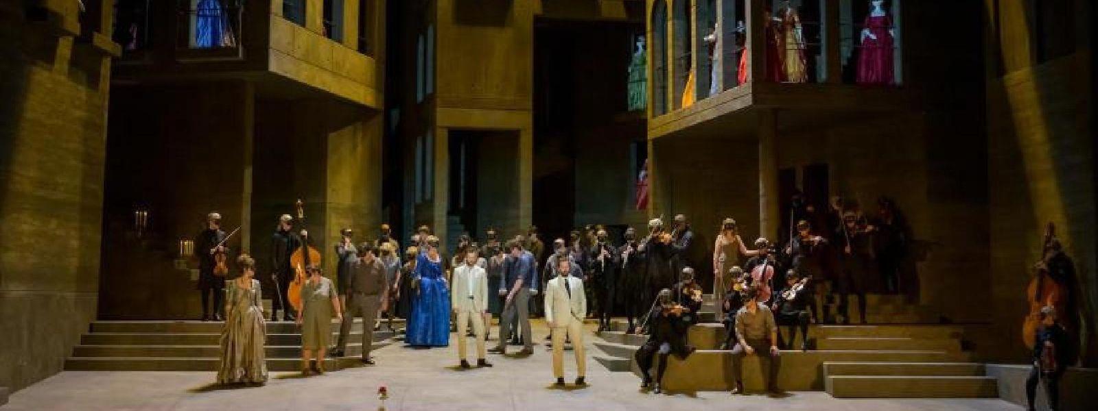 Le metteur en scène Ivo van Hove investit une rue de Séville où Don Giovanni et ses adversaires se rencontrent.