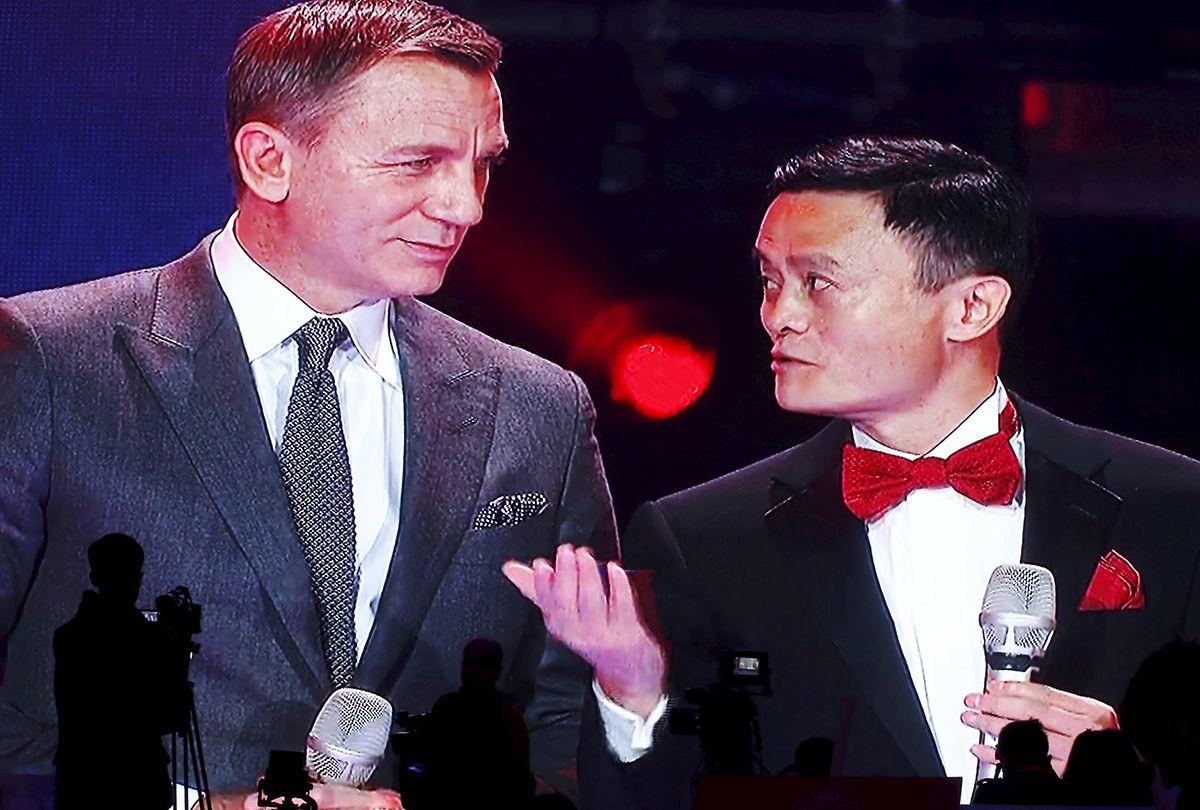 Bei der Gala-Show ist nichts zu teuer: Alibaba-Gründer Jack Ma (r.) mit Bond-Darsteller Daniel Craig (l.).