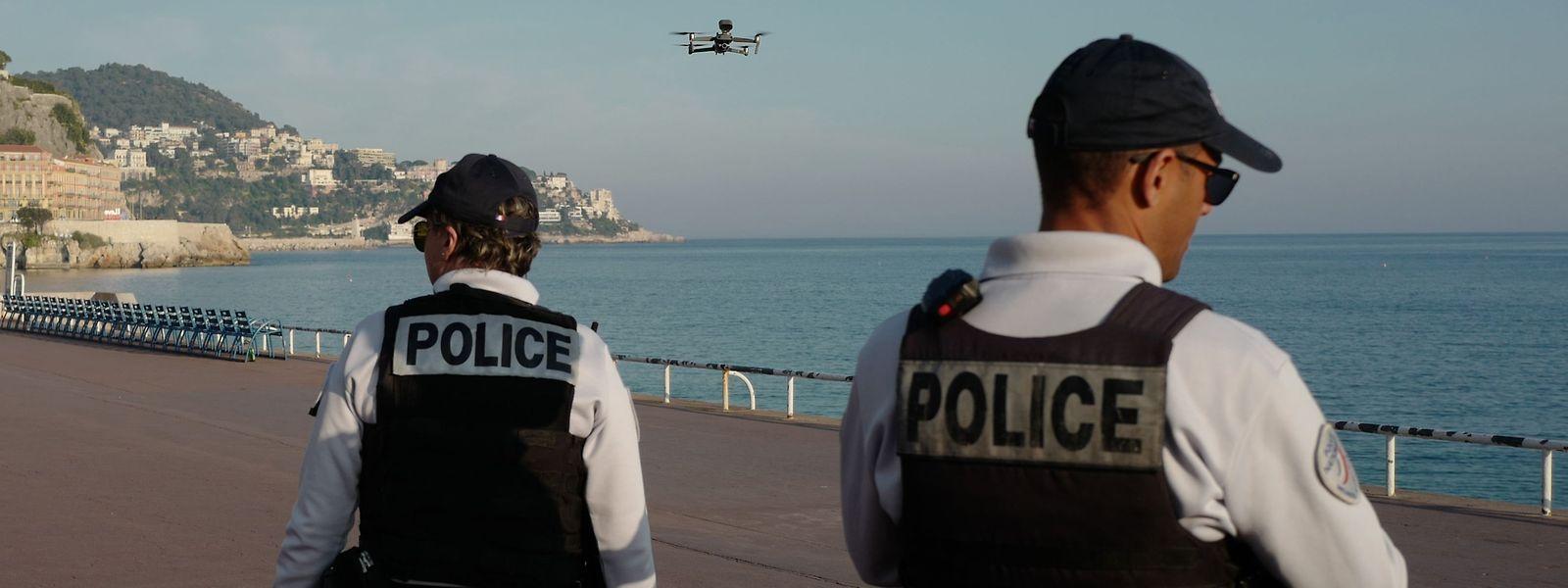 Die Beamten folgen der Drohne in sicherer Distanz.