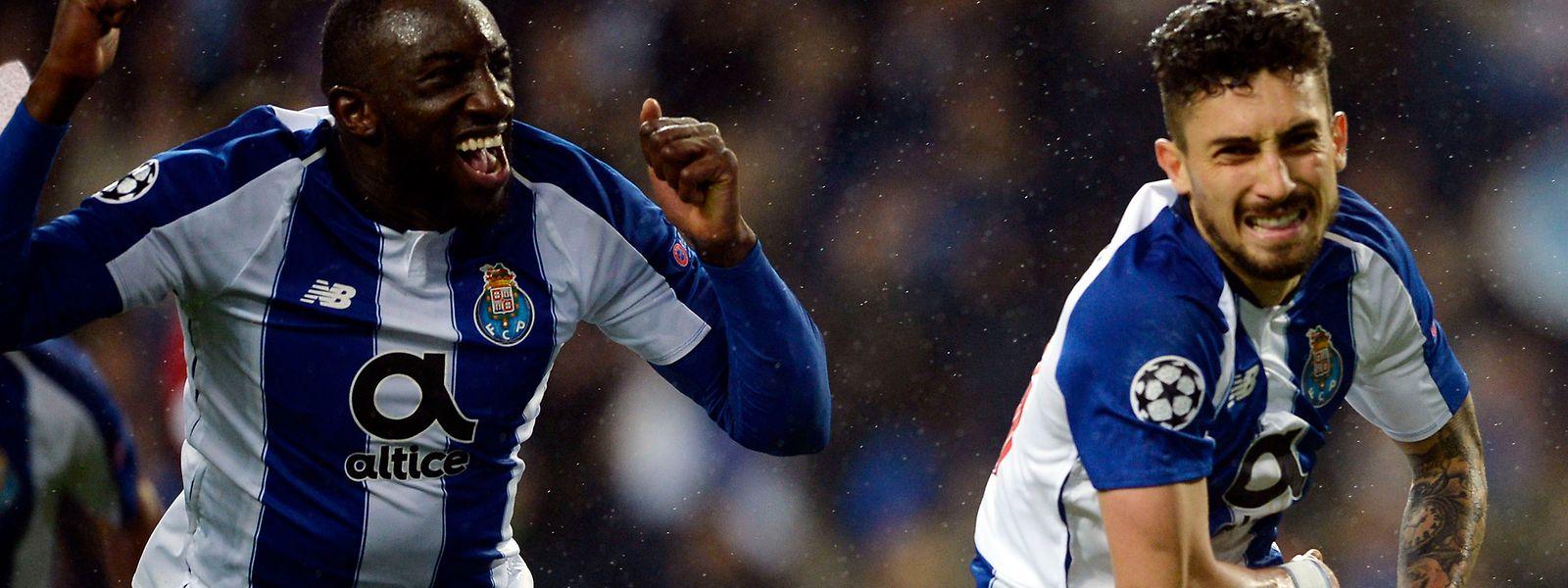 Alex Telles, à dta., marcou o golo que garantiu a passagem do FC Porto aos quartos de final da Liga dos Campeões.