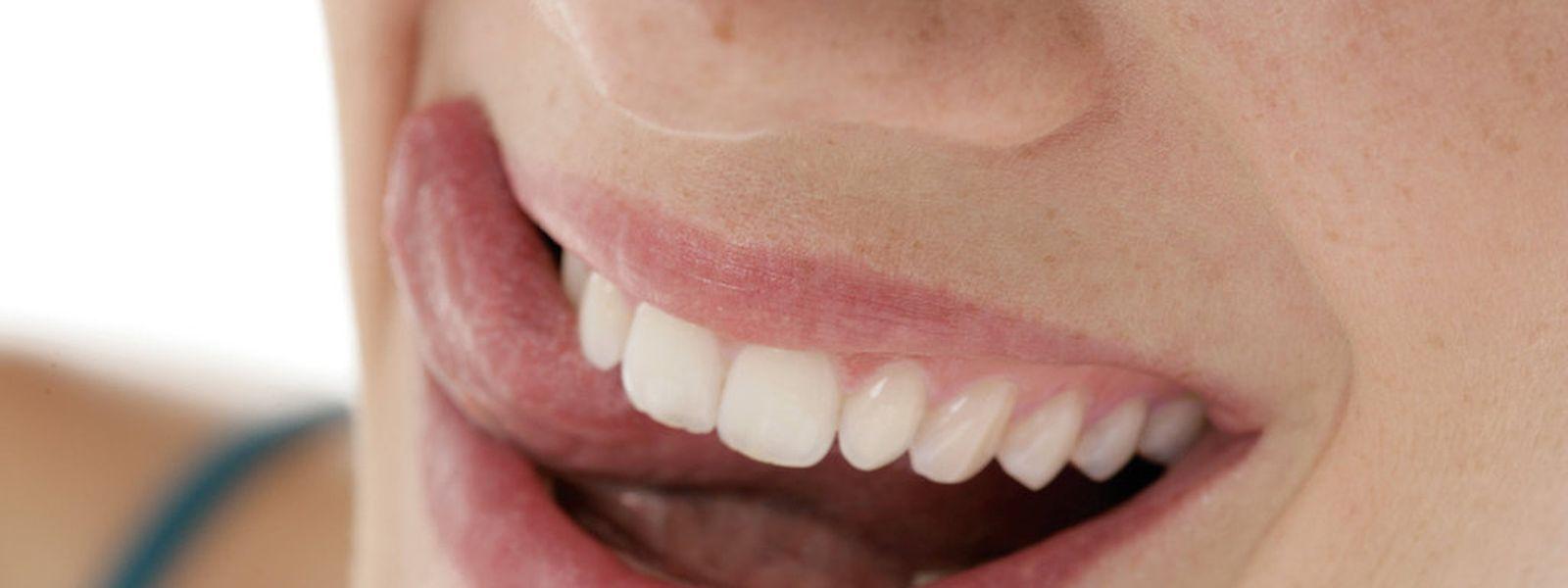 Eine professionelle Zahnreinigung vor Beginn einer Krebstherapie kann zur Minderung behandlungsbedingter Zahnbeschwerden beitragen.