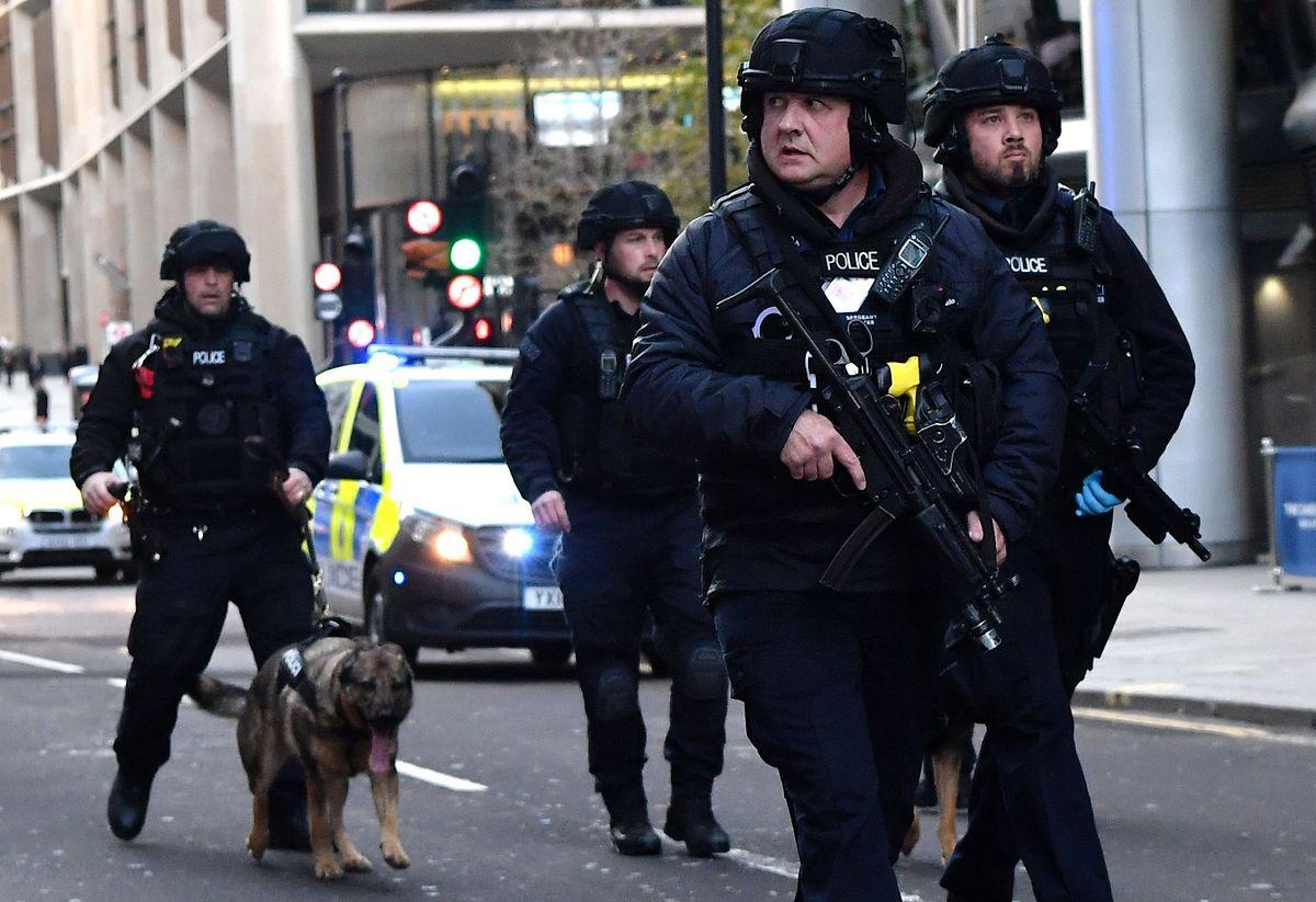 Neben dem Attentäter starben am Freitag ein Mann und eine Frau bei der Attacke.