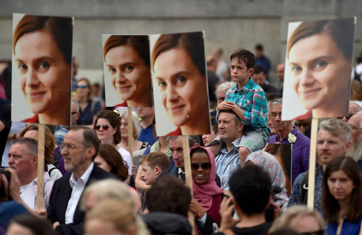 Tausende Briten gedachten der ermordeten Politikerin bei einer Gedenkfeier.