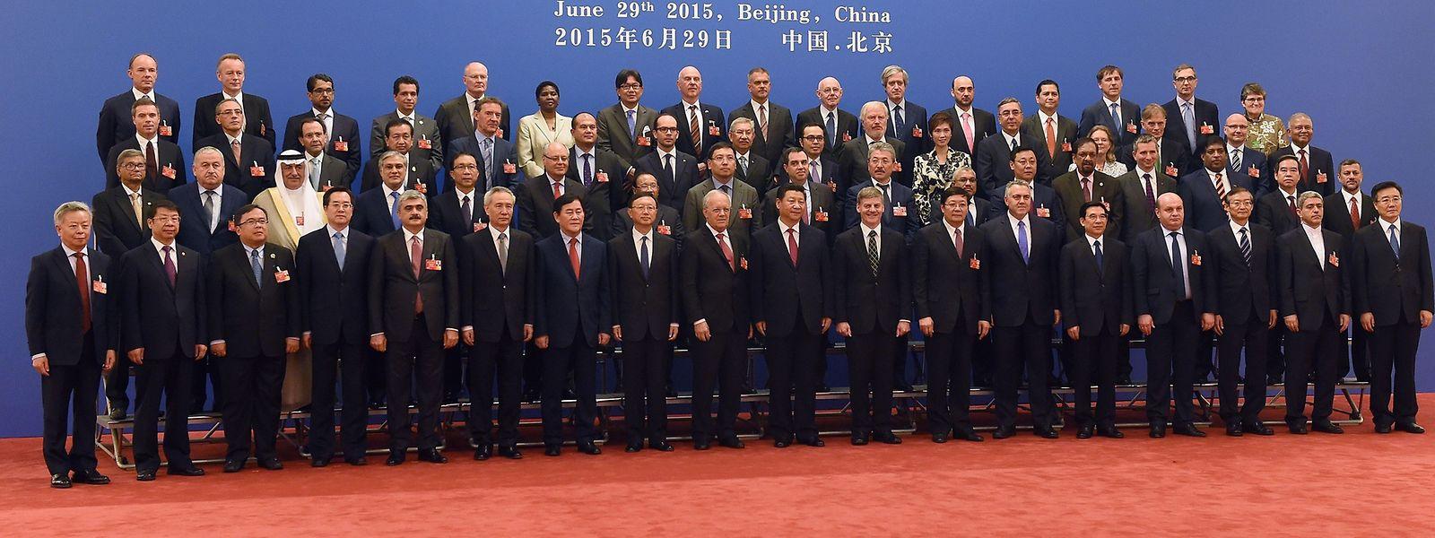Am 29. Juni 2015 haben Vertreter von mehr als 50 Staaten die Gründungsurkunde der asiatischen Infrastruktur-Investmentbank unterzeichnet.