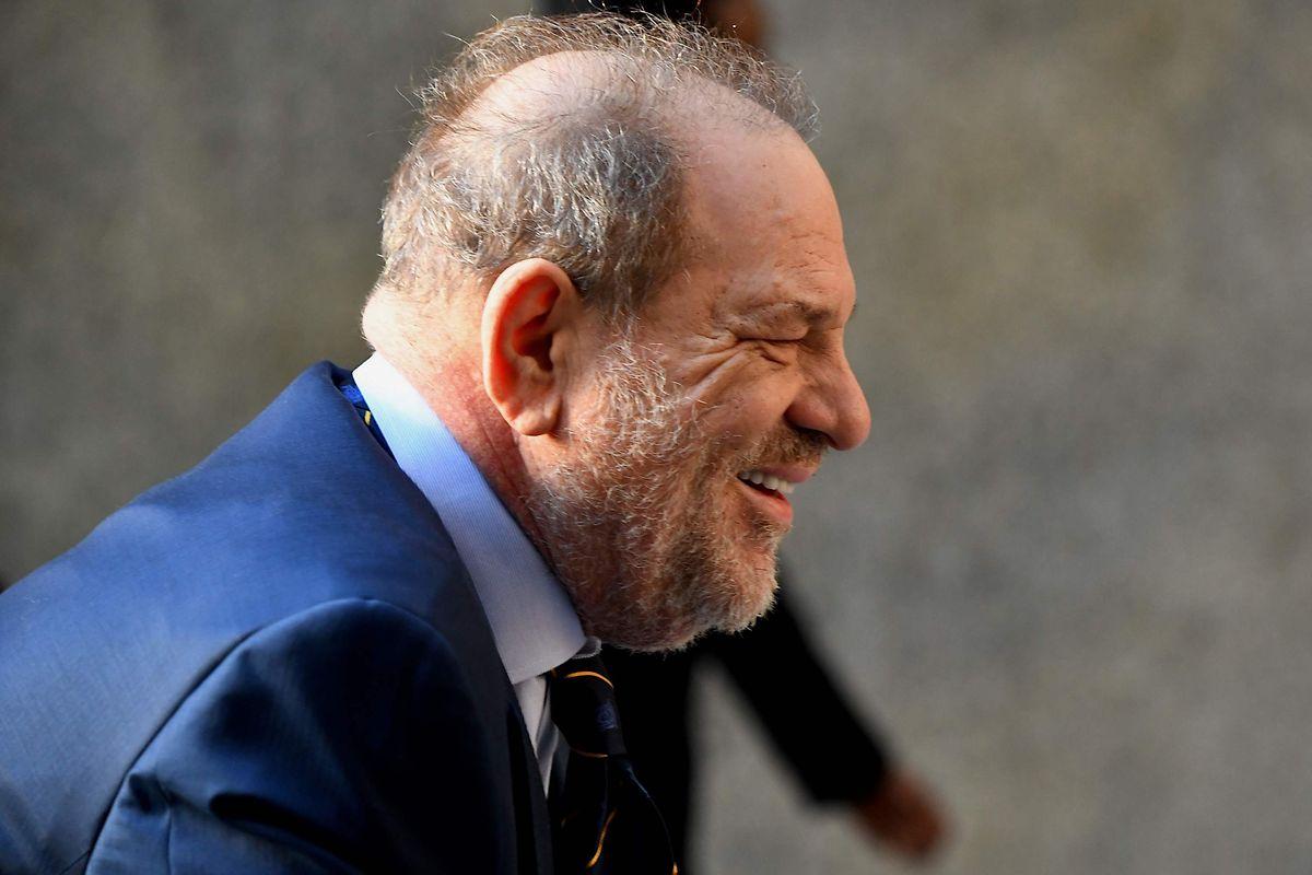 Harvey Weinstein kommt lächelnd beim Manhattan Criminal Court an. Schon nächste Woche könnten die 12 Geschworenen ein Urteil fällen.