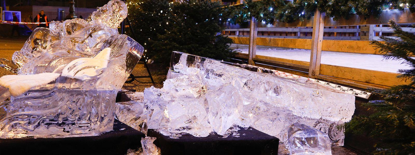 Die Skulptur aus massivem Eis hatte ein erhebliches Gewicht. Die Polizei sperrte die Eisbahn ab.