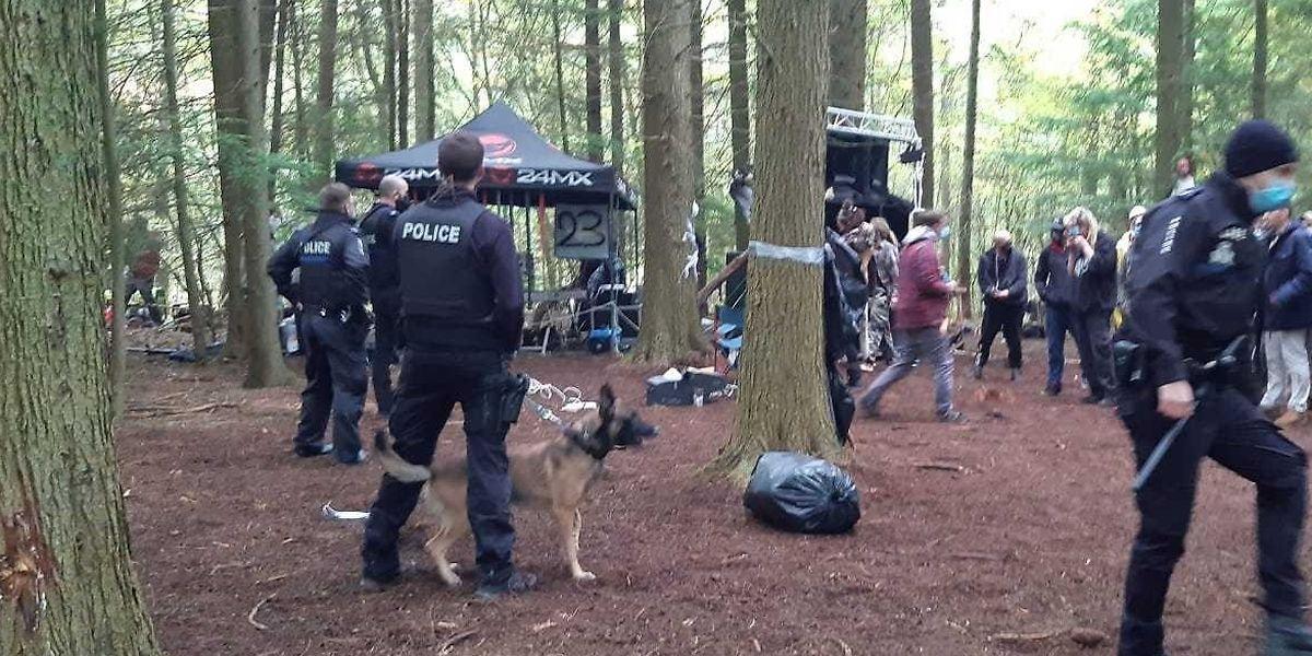 Les premières unités de police arrivées sur place ont demandé des renforts pour contrôler un maximum de personnes.
