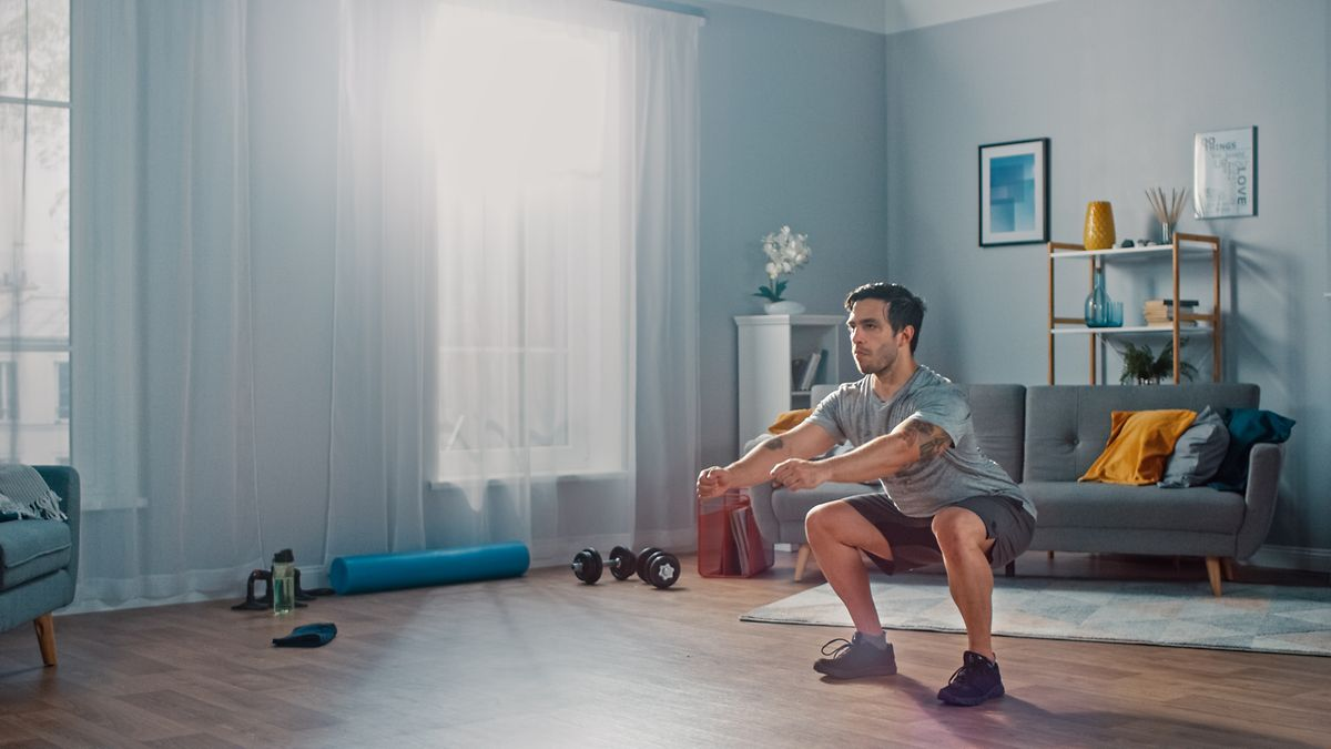 Kniebeugen kann man auch an der Wand vollziehen, wenn einem die klassische Variante zu schwer fällt.