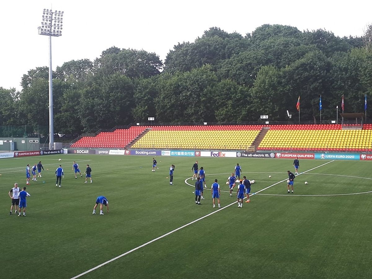 Les internationaux à l'entraînement jeudi soir sur la pelouse artificielle du LFF Stadionas