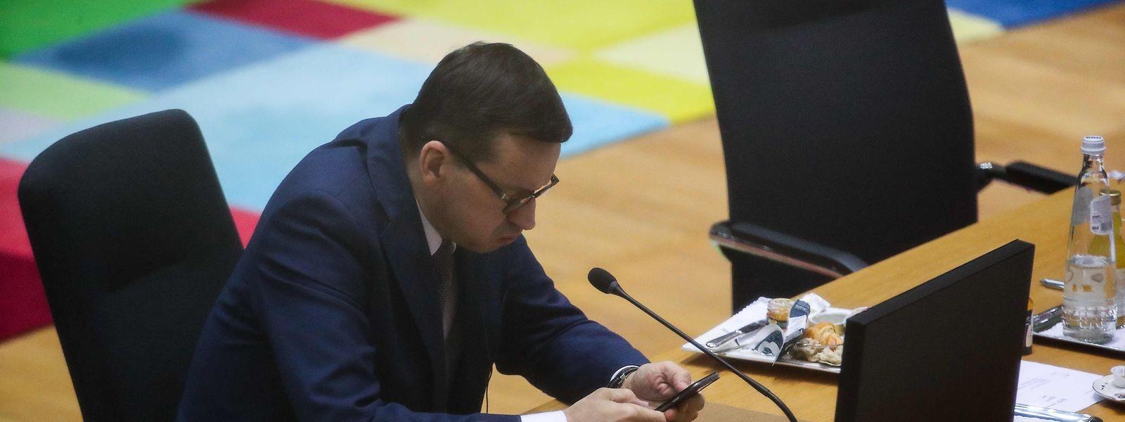 Auch der polnische Ministerpräsident Mateusz Morawiecki zeigte Ermüdungserscheinungen nach den zähen Verhandlungen.