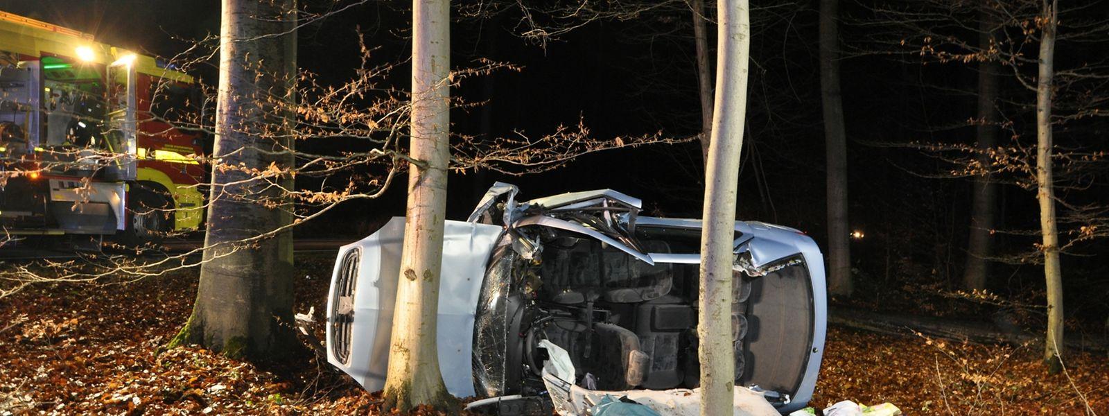 Die zwei Insassen des Unfallautos mussten aus dem Wrack geborgen werden.