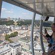 Les visiteurs admirent le centre-ville du haut des 81 mètres.
