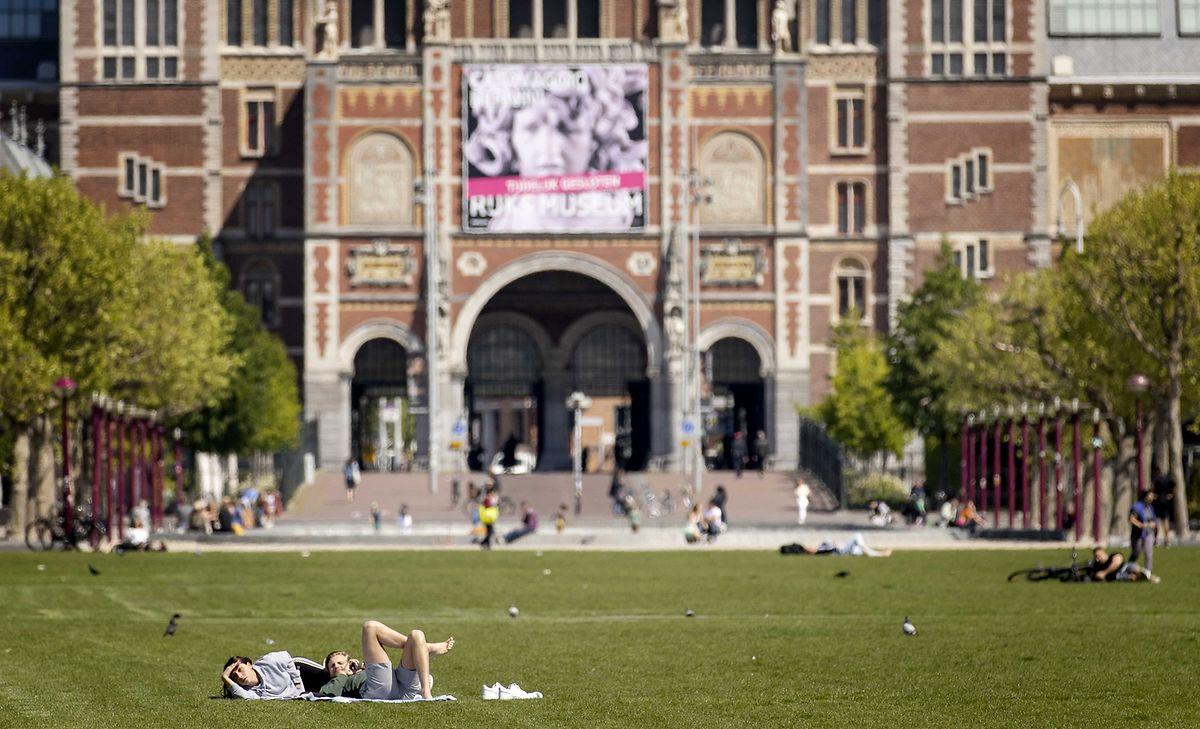 Der Museumplein in Amsterdam: Auch die Niederlande haben die Maßnahmen zur Eindämmung der Corona-Pandemie weiter gelockert.