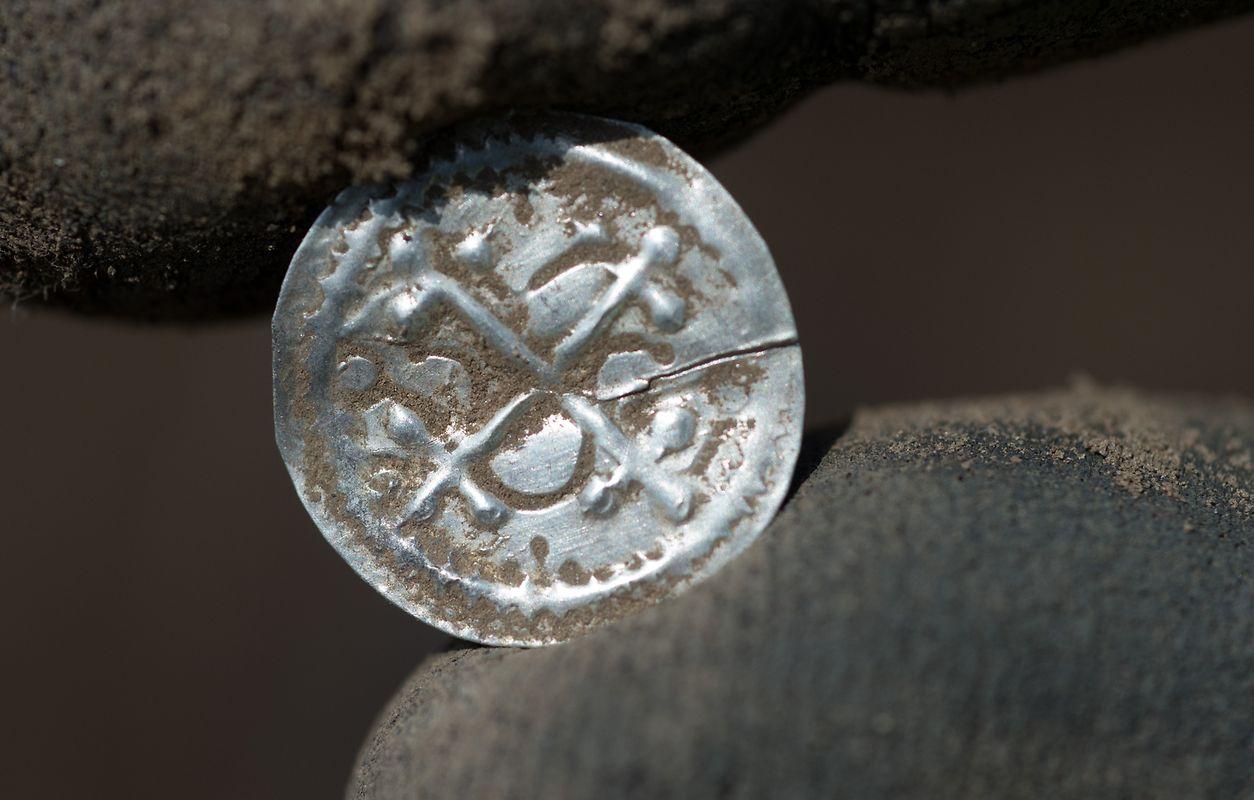 In einem Acker auf der Ostseeinsel Rügen sind Archäologen auf einen wertvollen skandinavisch dominierten Silberschatz aus dem späten 10. Jahrhundert und damit aus der Umbruchsepoche von der Wikingerzeit zum Christentum gestoßen.
