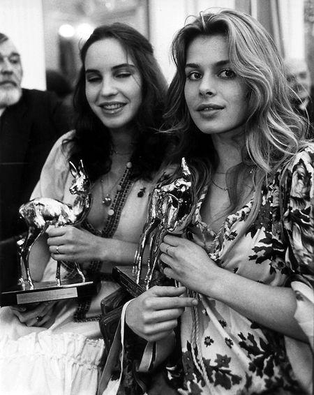 """1978 wird Nastassja Kinski (r.) bei der """"Bambi""""-Verleihung in Deutschland als """"Fernsehentdeckung des Jahres"""" ausgezeichnet. An ihrer Seite: Katerina Jacob, die als """"Nachwuchsentdeckung des Jahres"""" geehrt wurde."""