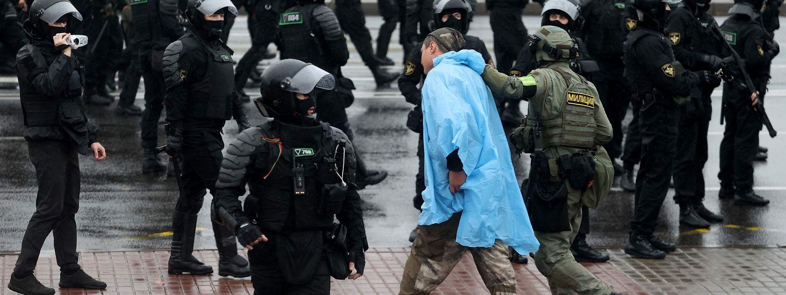 Ein Ordnungshüter führt einen Demonstranten in Minsk ab.