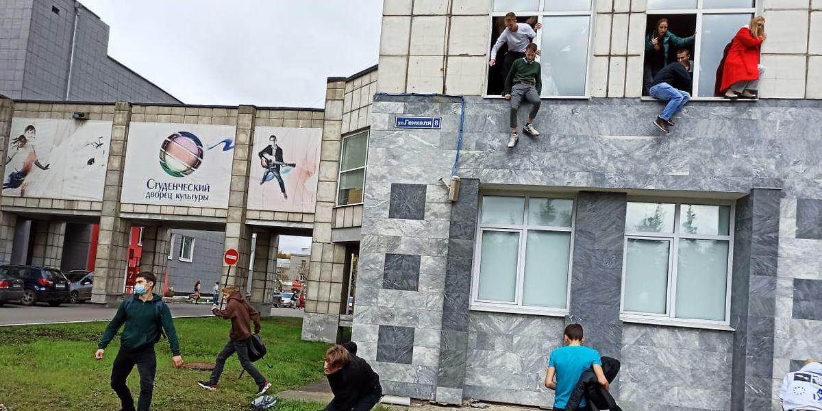 Studenten springen während der Schießerei aus dem Fenster einer Universität.
