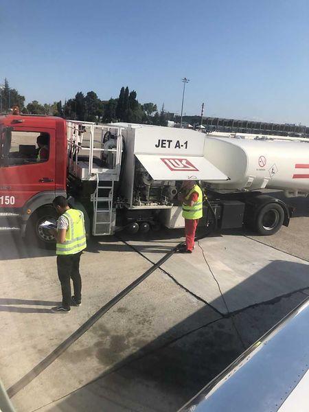 In Burgas muss das Flugzeug betankt werden.