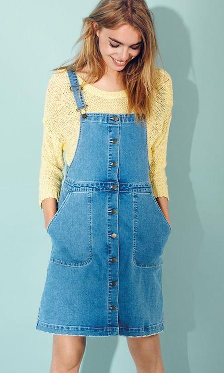 Statt zur Latzhose können Frauen heute auch zum Latzkleid greifen, hier ein Beispiel von VILA (Kleid ca. 40 Euro, Strickpulli ca. 35 Euro).