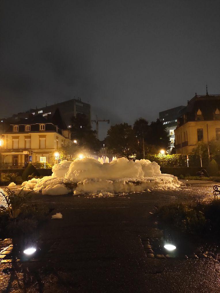 Schaum im Springbrunnen im Amélie-Stadtpark in der Hauptstadt.