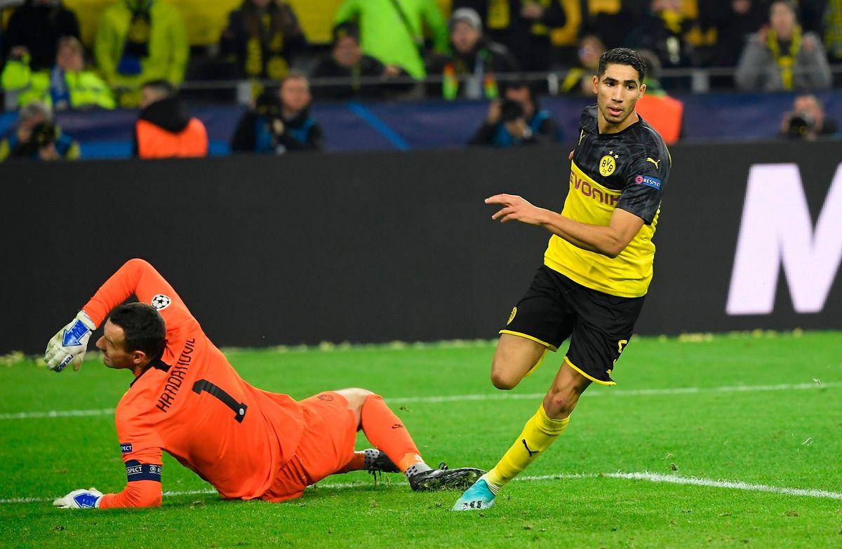 Le défenseur marocain de Dortmund Achraf Hakimi trompe le gardien slovène Samir Handanovic et inscrit le but de la victoire (3-2) du BVB sur l'Inter Milan