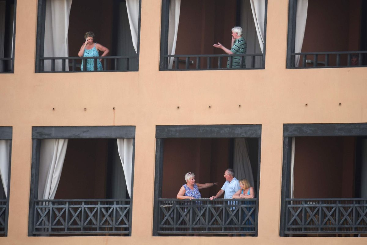 Die in Quarantäne gesetzten Hotelgäste des H10 Costa Adeja Palace verbrachten viel Zeit auf ihren Balkons.