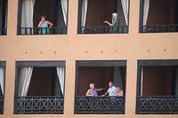 Hotelgäste am Balkon des H10 Costa Adeja Palace Hotel.