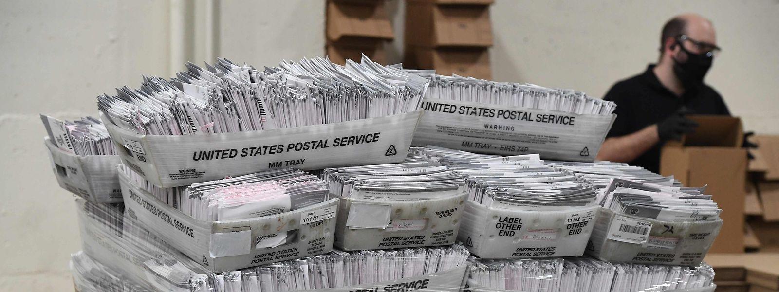 Wegen Corona haben so viele Menschen wie noch nie zuvor in der Geschichte der USA ihre Stimme per Briefwahl abgegeben.