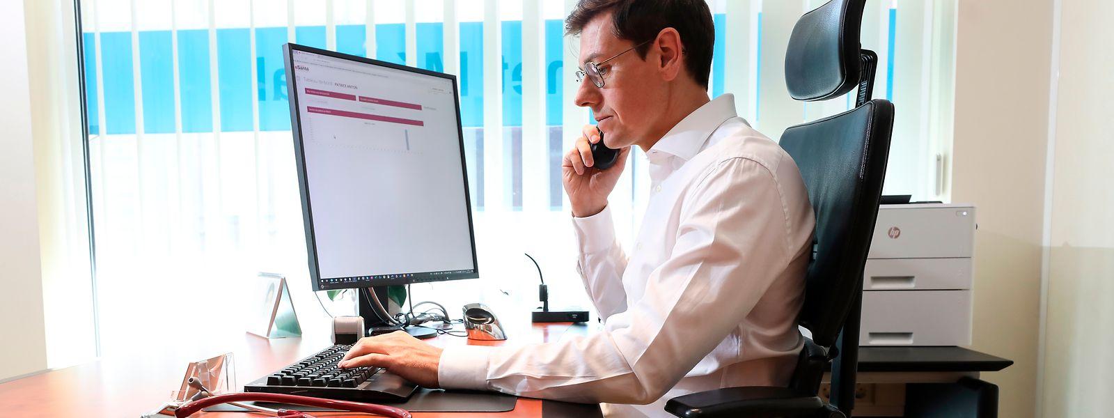 Der Allgemeinarzt Patrice Anton bei der Beratung eines Patienten über die von der CNS zur Verfügung gestellte Telekonsultationsplattform. Das hat aber Grenzen und ist nicht für eine eingehende Diagnostik geeignet.