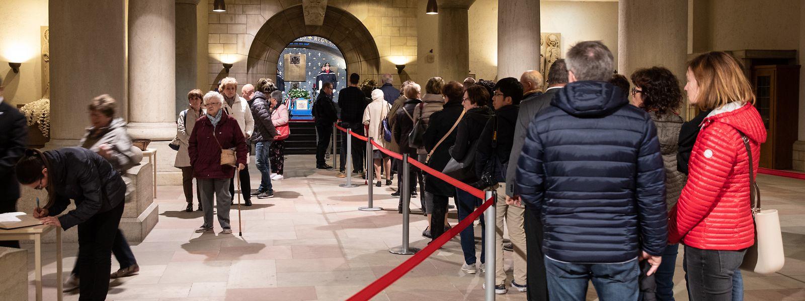 Zahlreiche Menschen hatten am Sonntag den Weg in die Krypta der Kathedrale gefunden, um Großherzog Jean die letzte Ehre zu erweisen.